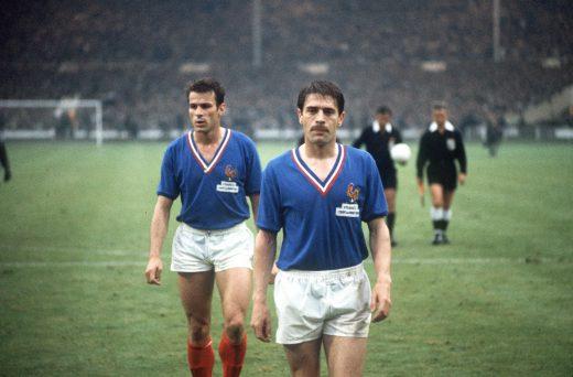 FOOT - ANGLETERRE-FRANCE - 1966 gondet (philippe) bonnel (joseph) Les joueurs quittent le terrain après la défaite. cd 100 gravé cd 11  dossier france