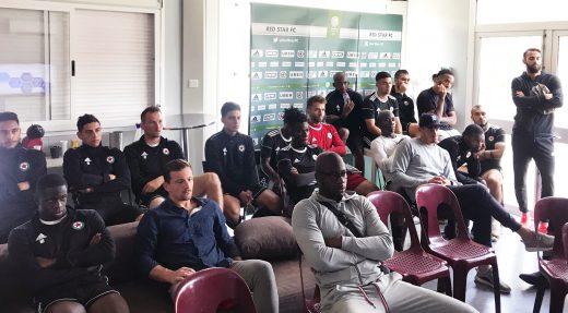 Les joueurs du Red Star, attentifs, concernés...